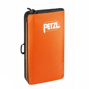 Petzl With a one-piece hingeless design, the Alto Crashpad from Petzl offers excellent protection for bouldering falls, thanks to triple-layer foam assembly specifically developed by Petzl for better cushioning. Its patented folding system lengthens the life of the foam and provides a storage space when the crashpad is closed. The carrying system with its chest and waist adjustments and wide shoulder straps, provides great comfort during the approach.